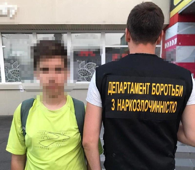 У Вінниці з наркотиками зловили 16-річного підлітка, який виготовляв закладки і скидав клієнтам локації