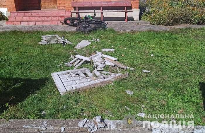 Мотоцикл врізався в бетонний паркан на Вінниччині
