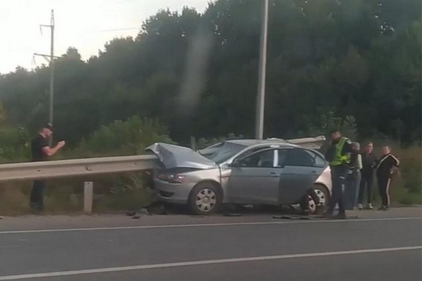 """Дві водійки під Вінницею так розминались, що """"Міцубісі"""" прошило відбійником. Пасажир у лікарні (відео)"""