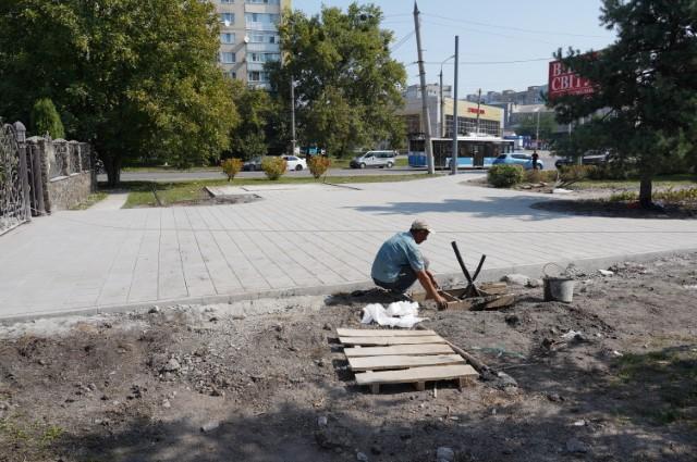 У Вінниці на місці, де встановлять перший в Україні пам'ятник Любомиру Гузару, кладуть плитку та монтуватимуть освітлення
