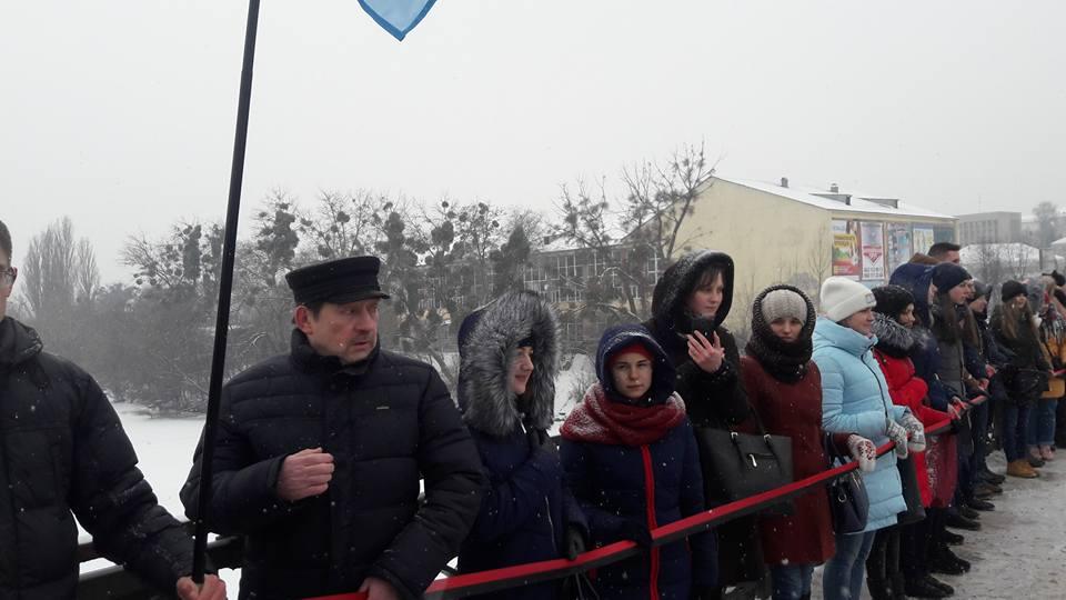 Живий ланцюг єднання на центральному мосту Вінниці