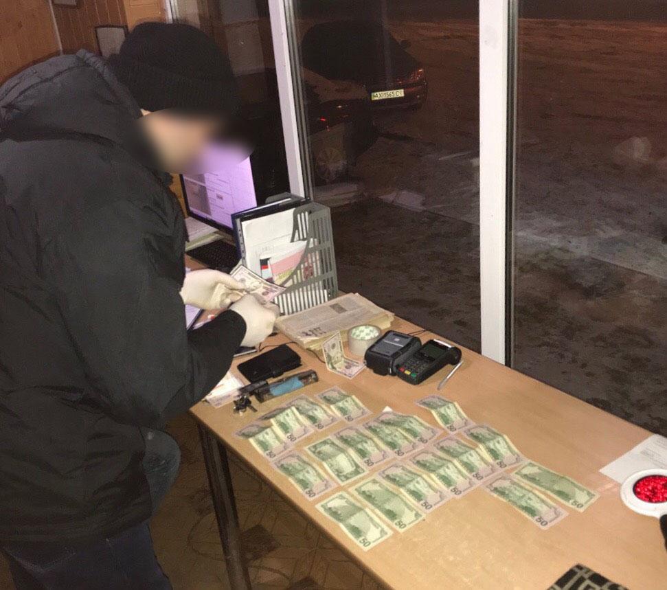 """За вимагання 1 тисячі доларів """"хабара"""" у Вінниці затримали адвоката"""