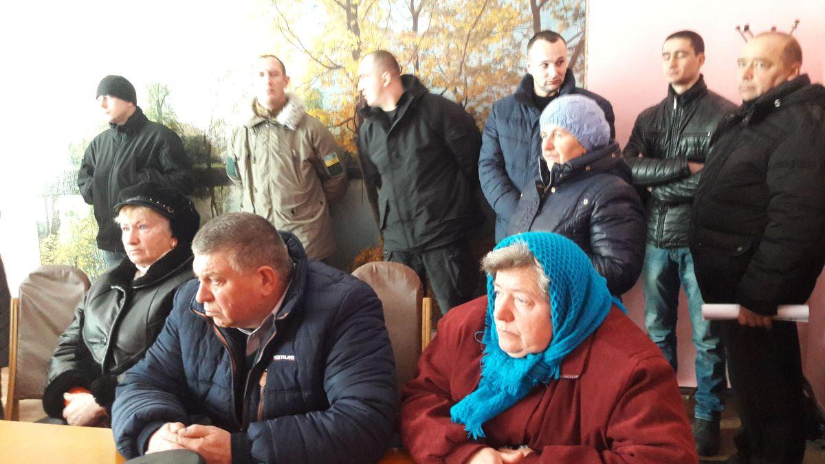 30 АТОвців та матері фронтовиків перекривали дорогу в Корделівці за свою землю… (відео)