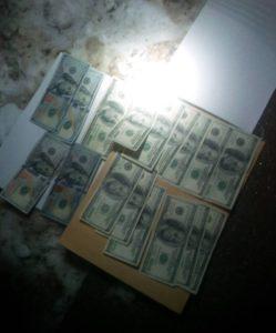 3 тисячі доларів хабара вимагали прокурор, поліцейський та двоє посередників