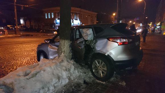 У Вінниці шукають водія Мерседеса, що протаранив під ОДА львівський Ніссан і втік