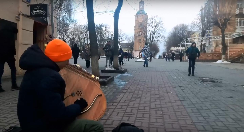20-річний кобзар Іван грає під Вежею