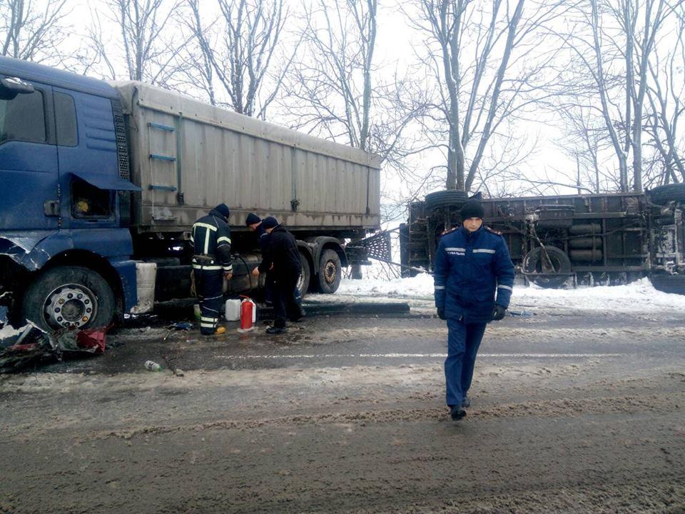"""Дві жінки загинули у зіткненні """"ВАЗ"""" та вантажівки на літинській трасі"""