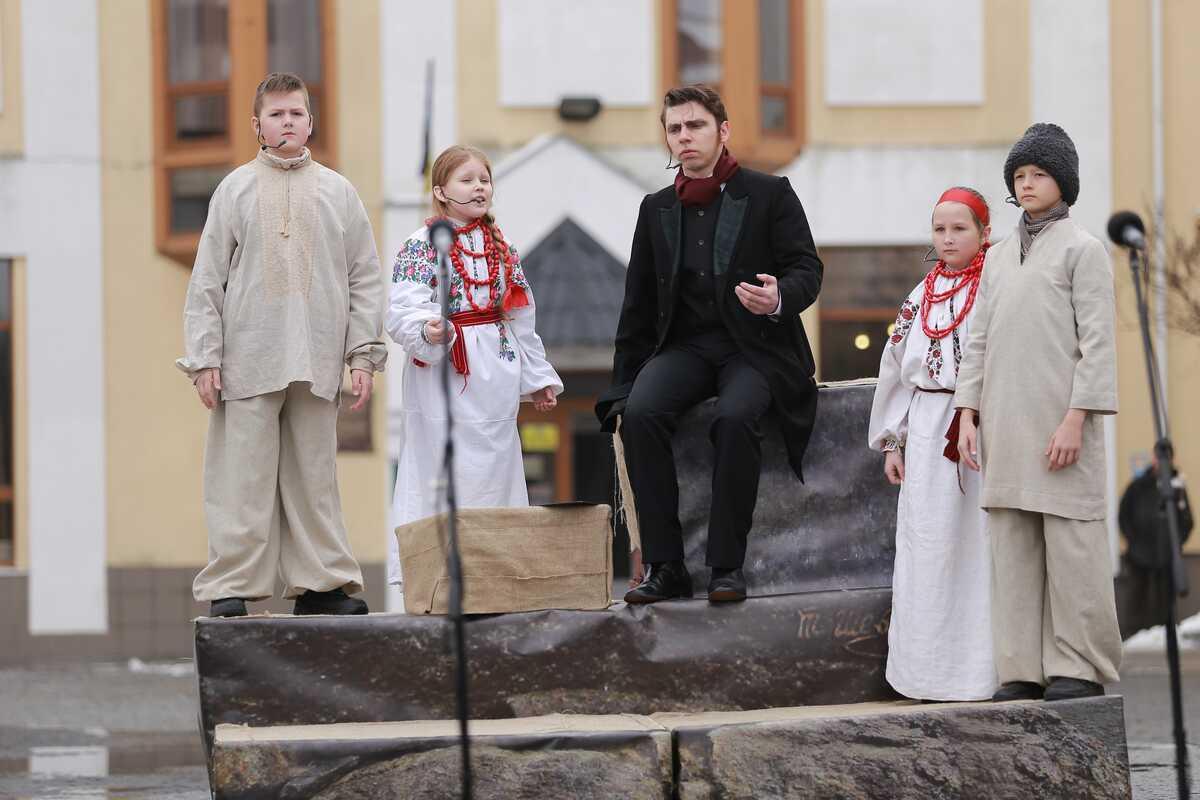 Діти з театру ПТАХА «оживили» Шевченка у Вінниці (відео)