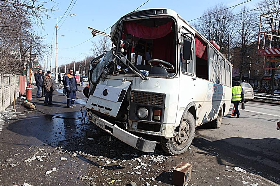 Автобус на Бохоники врізався у стовп. В ДТП на Пирогова 4-ро постраждалих, один госпіталізований