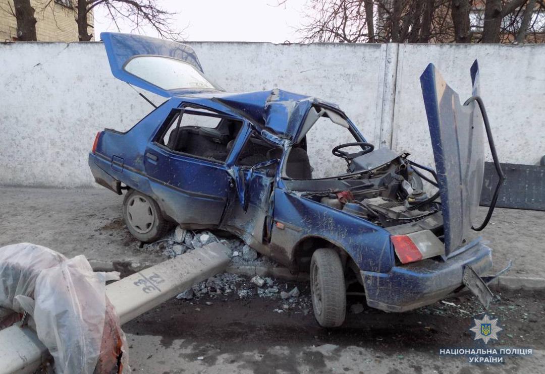 """Автотреш у Гайсині – """"п'яна Таврія"""" проти стовпа…"""