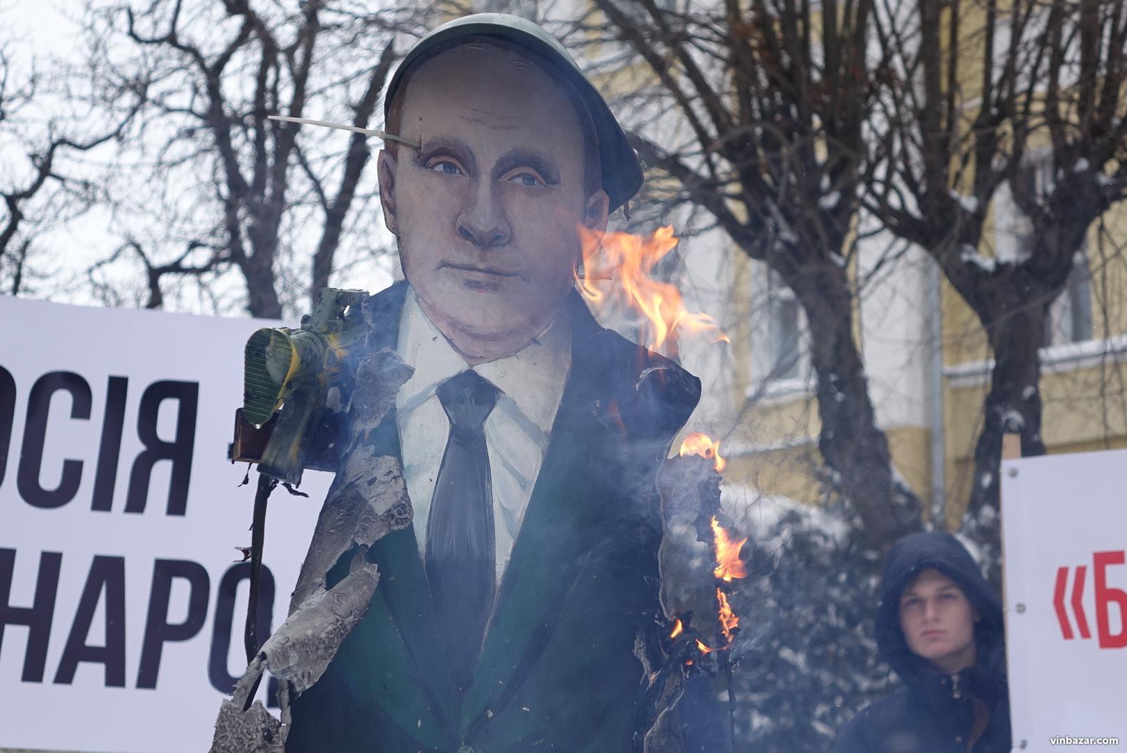 Опудало Путіна спалили у Вінниці через вибори в окупованому Криму