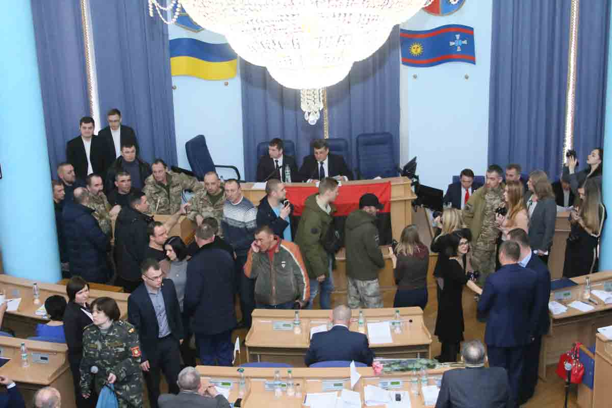 З блокування трибуни депутати облради почали чергову сесію і завершили через відсутність кворуму (відео)