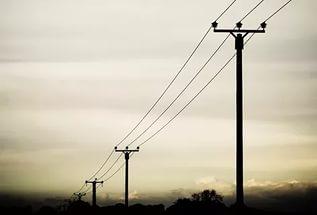 Стовп із проводами може впасти на голову