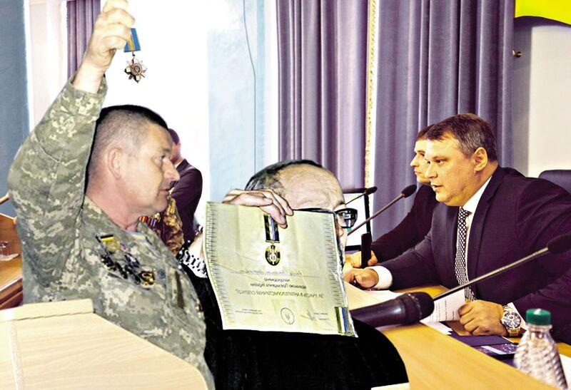 Атовці Вінниччини повернули ордени Порошенку і залили офіс БПП «кров'ю» за бойкот сесії облради