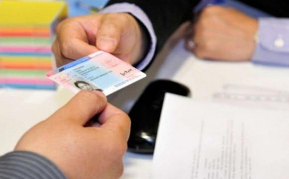 Іноземці можуть здати на права англійською мовою