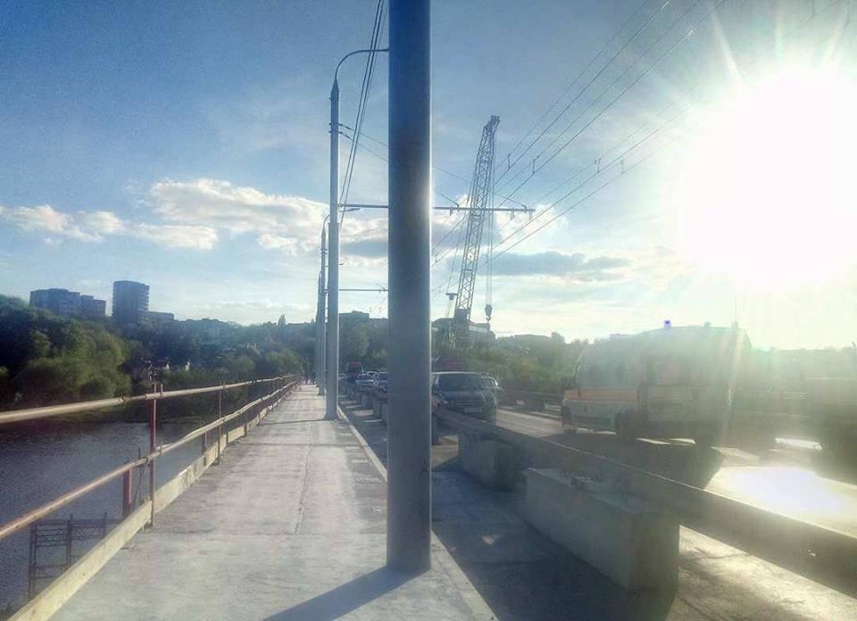 50% тротуару на Київському мосту відкрили для пішоходів (відео)