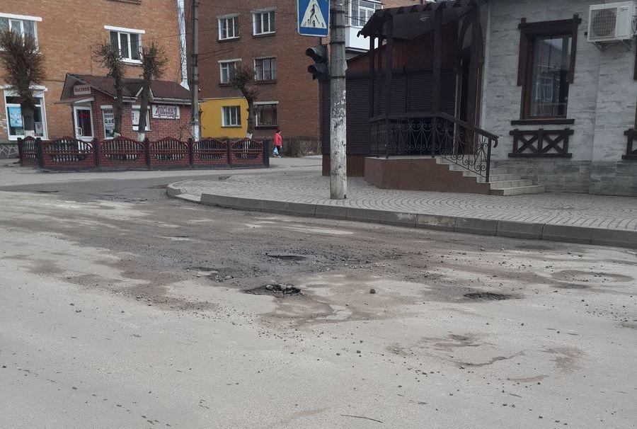 Головні вулиці м. Бар, ямки глибиною до 15 см…