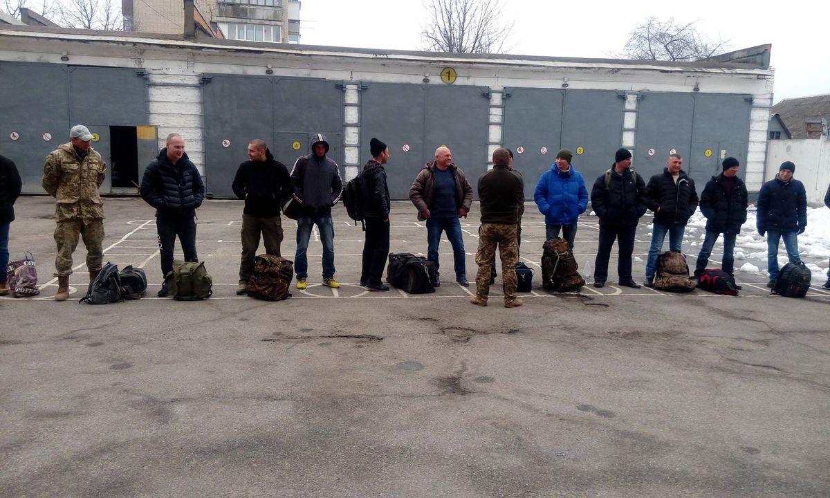 У Вінницькому обласному військовому комісаріаті відбулася відправка резервістів на навчання у місто Житомир