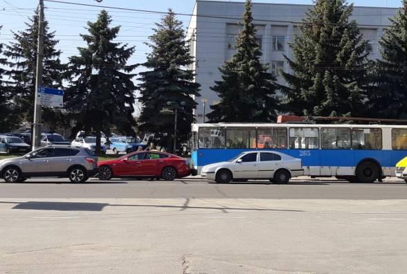"""В """"Теслу"""" за 126 тисяч доларів заїхав тролейбус у Вінниці… із рекордно дорогого ДТП вже перші фото…"""