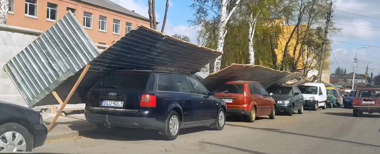 У Вінниці паркан військової частини впав на автівки (відео)