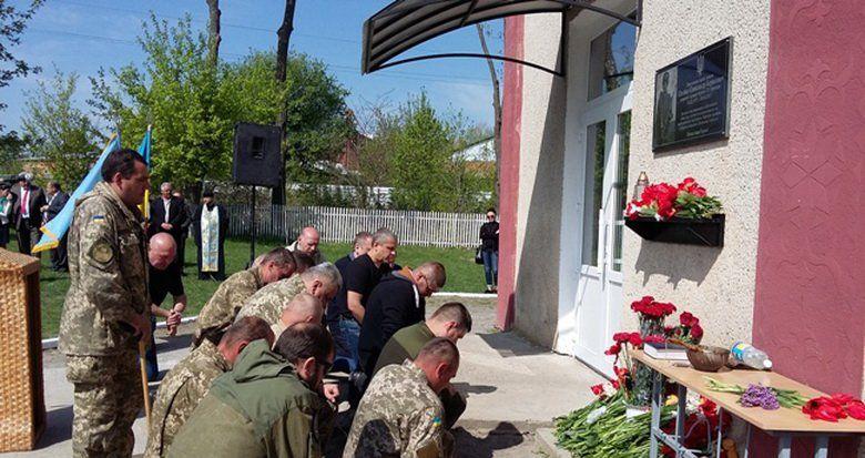 """На честь бійця з позивним """"Батарейка"""" відкрили меморіальну дошку під Баром"""