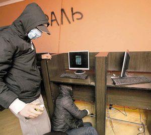На Привокзальному ринку активісти влаштували атаку на зал ігрових автоматів. Бо це людські сльози і відчай…