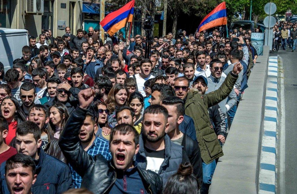 Через протести народу Прем'єр Вірменії подав у відставку