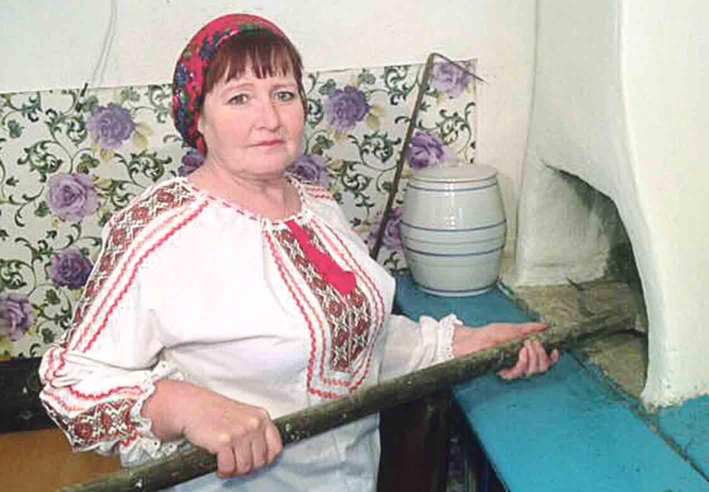Хліб з трояндами Соболівська коровайниця випікає на весілля