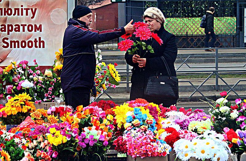 Чому штучні квіти заборонили нести на могили?