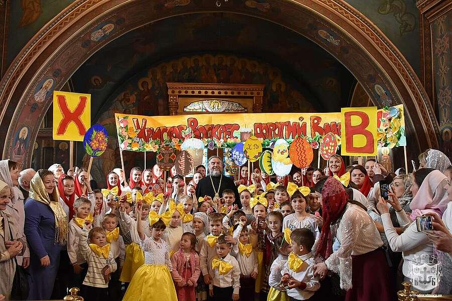 Діти Вінниці славили Воскреслого Господа, даруючи на Великдень митрополиту Симеону пасхальні крашанки