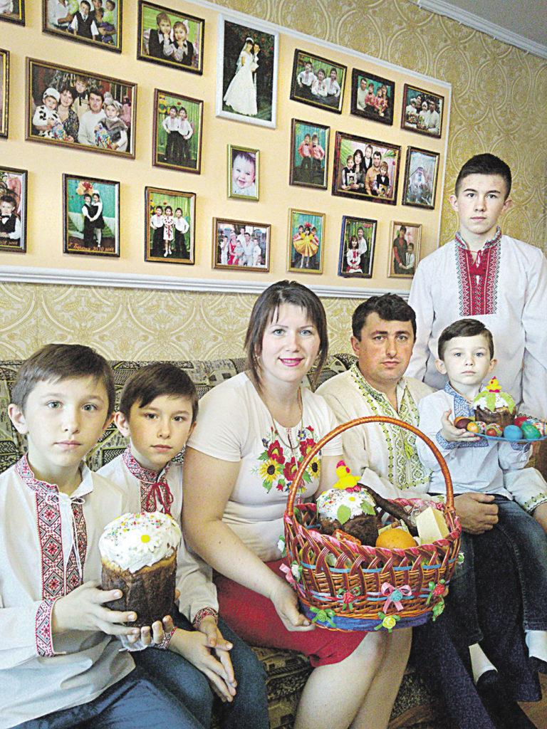 Четверо синів із батьками зустрічали Великдень у вишиванках