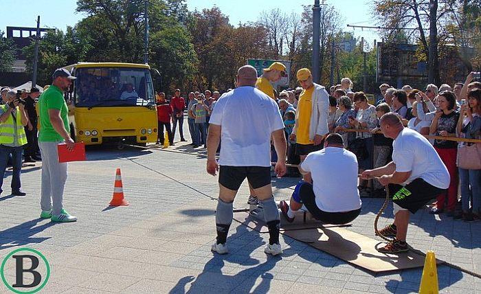 """Яку """"маршрутку"""" тягатимуть у Вінниці на день Європи стронгмени?"""