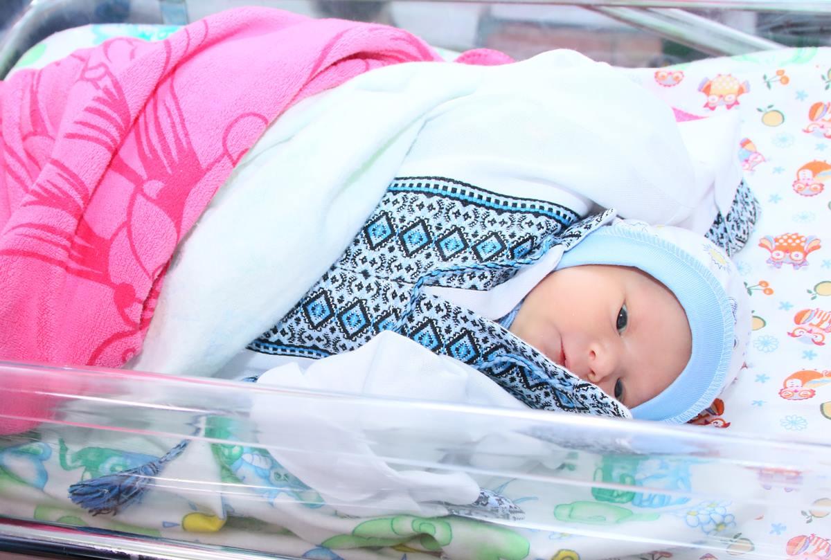 Вишиванки новонародженим вінницьким крихіткам дарували успішні жінки зі Львова