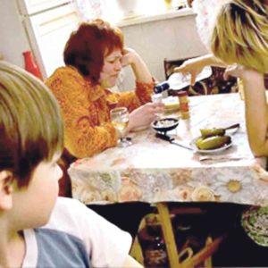 Дитина просить їсти по селу. Тітка-опікун отримує пенсію. Чому ніхто цього не бачить?