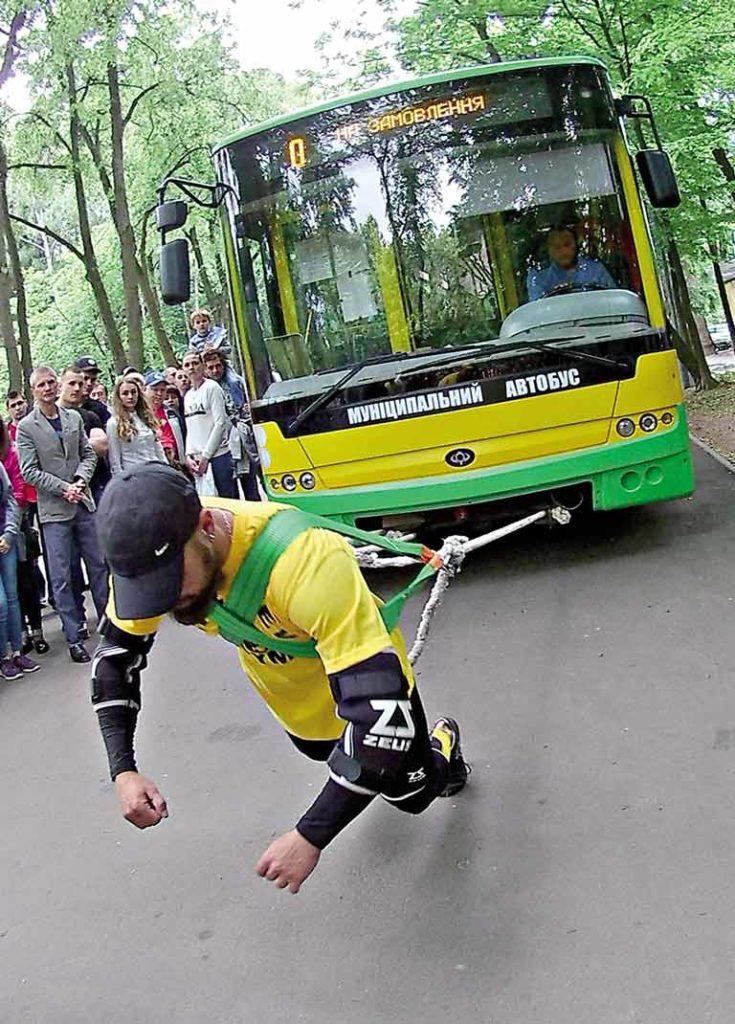 14-тонний автобус на 17 метрів протягнув вінницький богатир