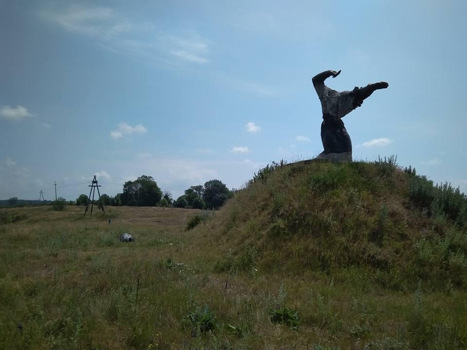 Вандали познущались над пам'ятником матері на Літинщині