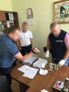 500 доларів хабаря взяв експерт на Вінниччині