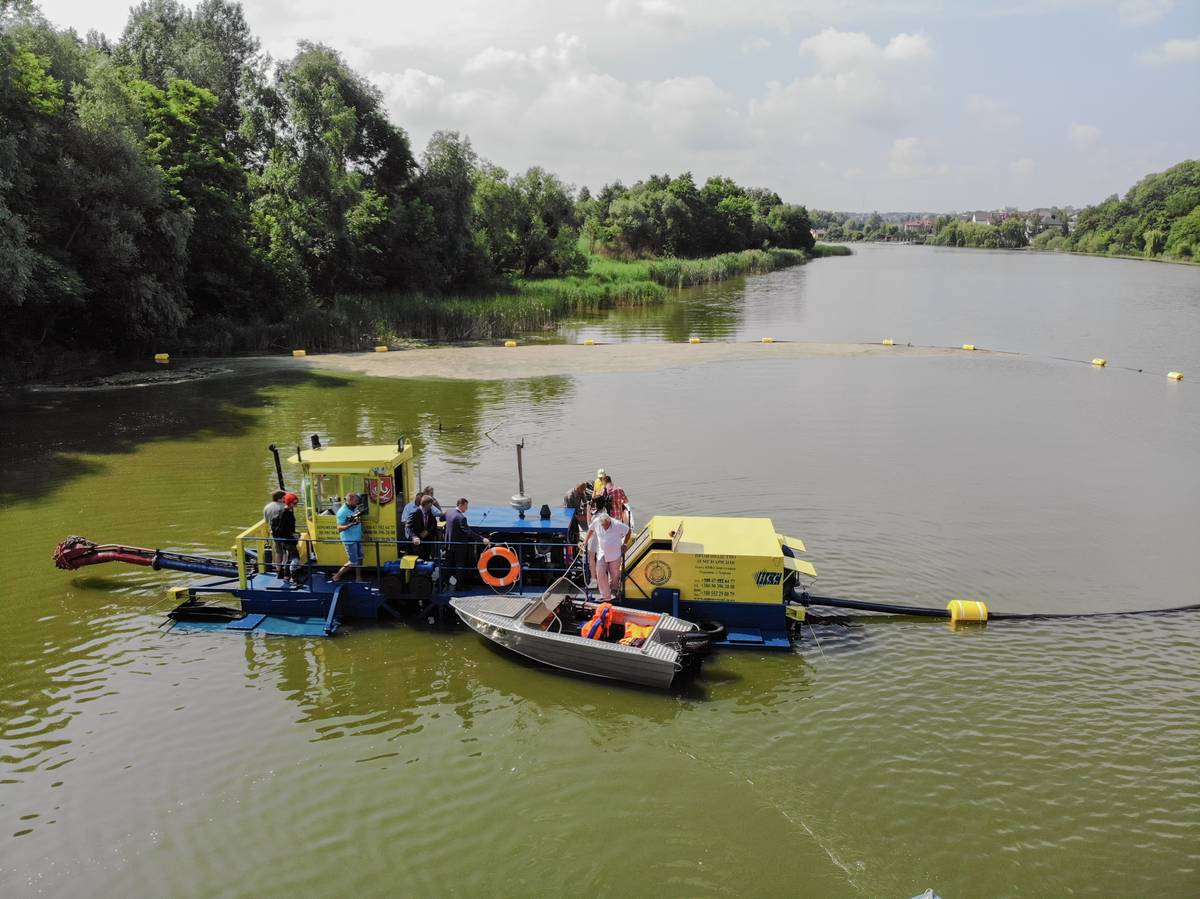 Вінниця запустила земснаряд для очищення водозабору біля «Водоканалу»… Та візьме в оренду ще 2 земснаряди для порятунку Південного Бугу (відео)