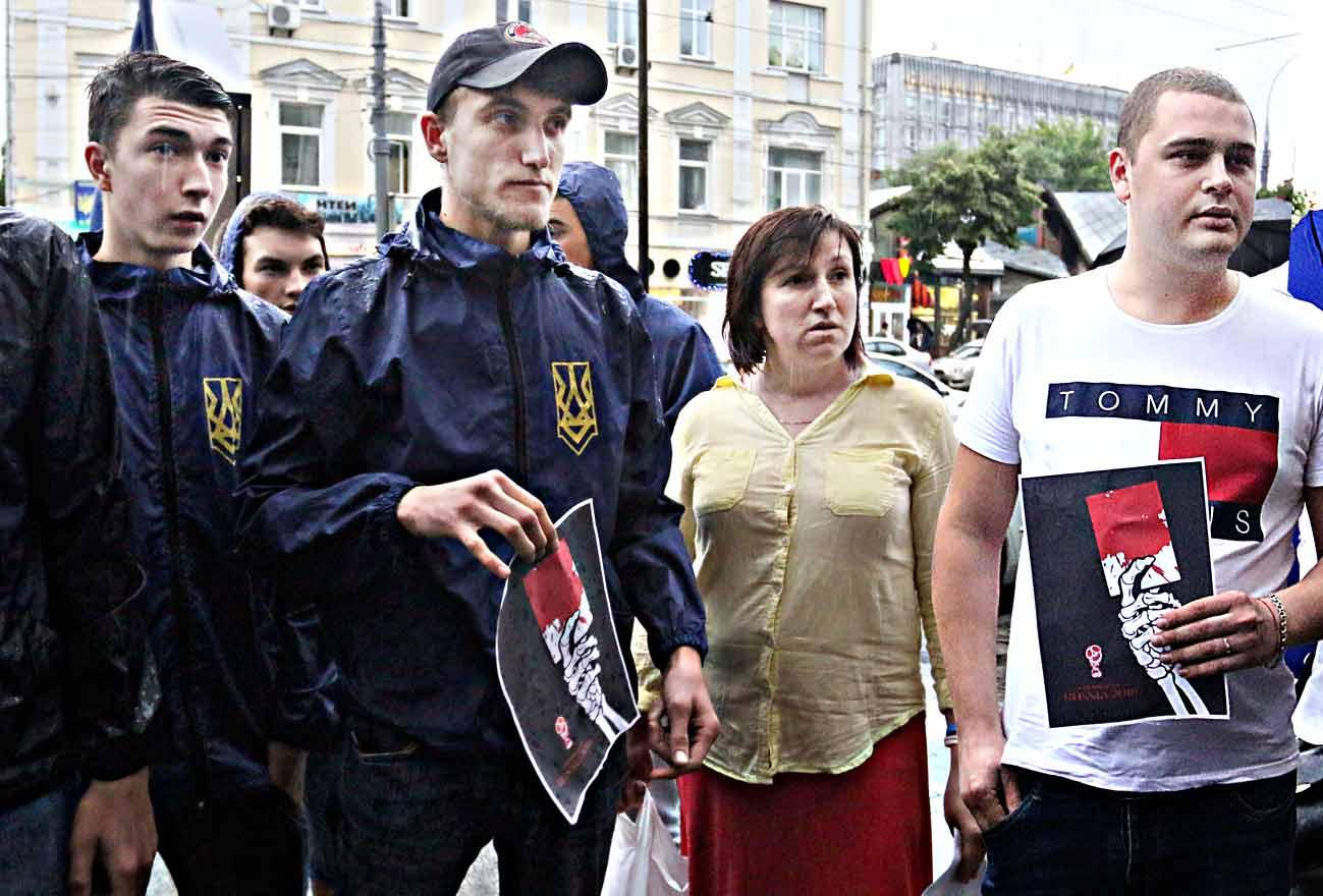 М'ячики з шипами, банку крові та плакати носили громадські активісти під елітний ресторан у Вінниці