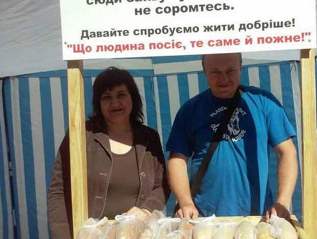 Козятинське подружжя щотижня роздає пенсіонерам хліб