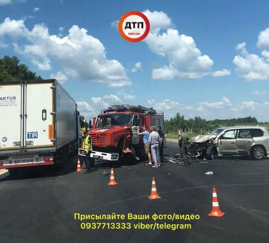 У зіткненні пожежної машини та позашляховика під Калинівкою постраждалих немає