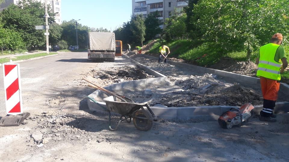 До серпня на вулиці Ващука обіцяють 5000 кв.м нового асфальту, 23 паркомісця, ліхтарі та велодоріжку. Вартість робіт – 8,342 млн.грн. (відео)