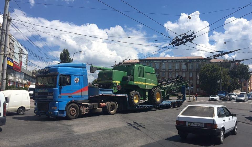 Через Джон Дір та рвані дроти у Вінниці транспортний колапс