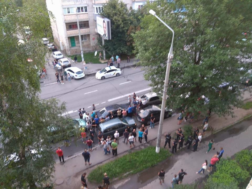 Правоохоронці розслідують масштабну бійку у Вінниці за участі активістів та екс-патрульного. Просять очевидців надати фото та відео