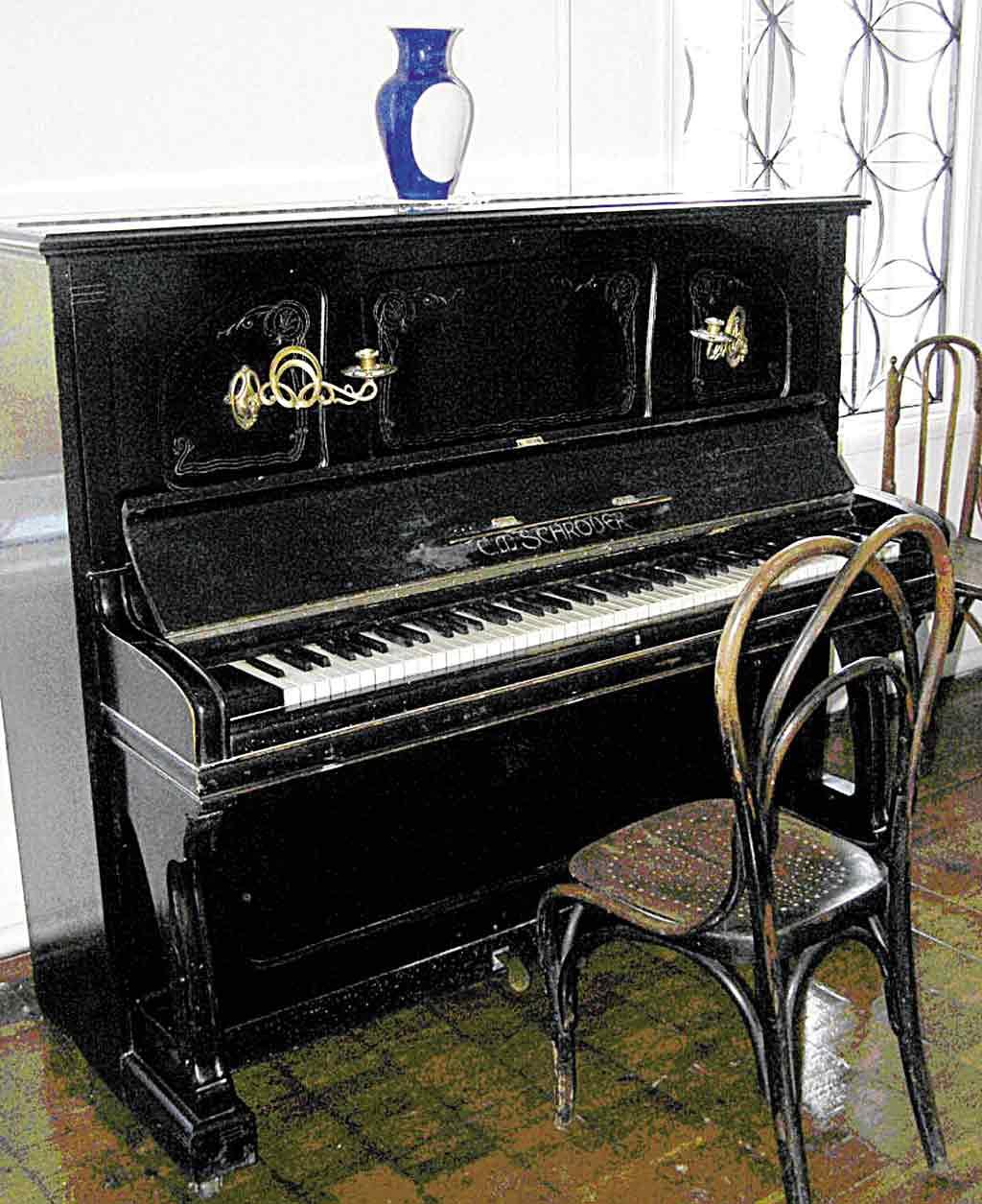 Відреставрують піаніно Леонтовича разом із столом Петлюри