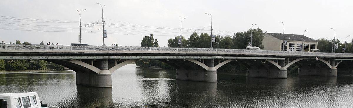 Жінка хотіла стрибнути з центрального мосту, аби… поплавати у Південному Бузі