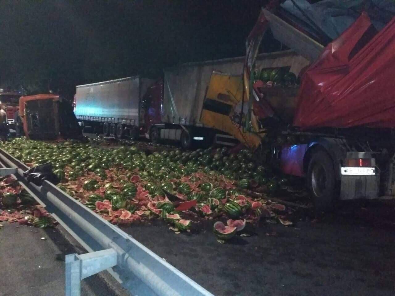 Фура з кавунами розбилась на Немирівському шосе… одна людина загинула