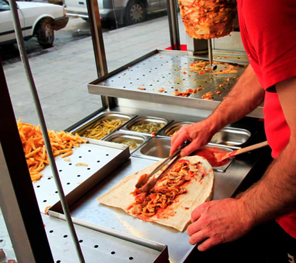 Тухле м'ясо та відсутність води — як у Вінниці перевіряли кіоски з шаурмою