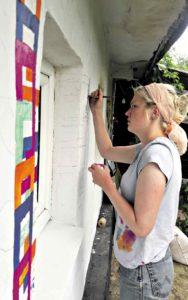 Еко-хату в Стіні розмалювали євроволонтери… Такої візерункової хати в селі Стіна ще не було…