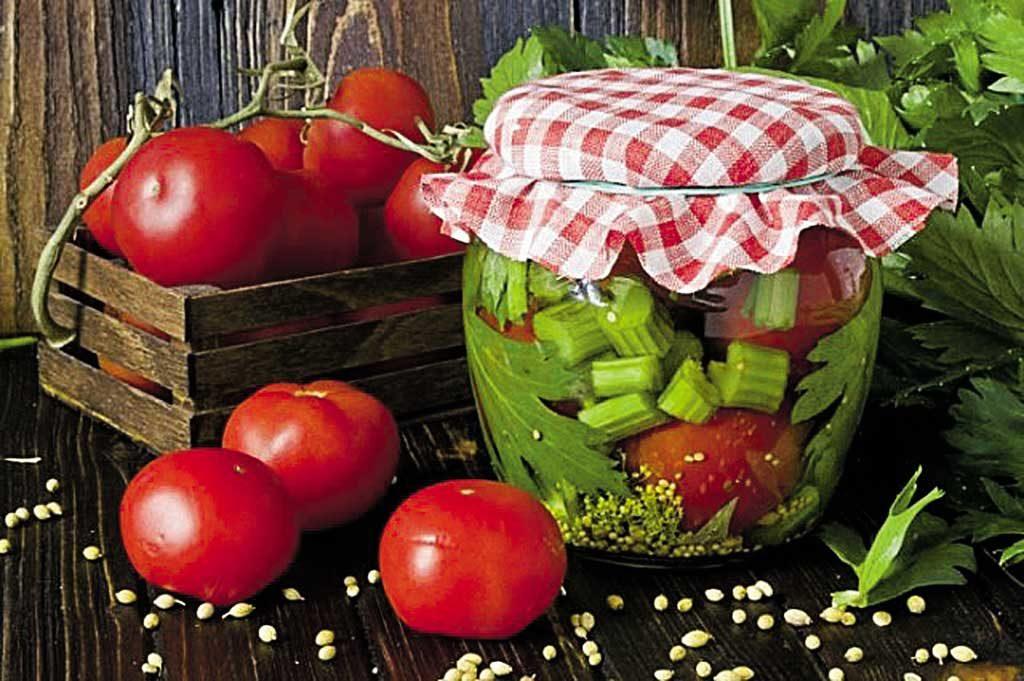 Готуємо смакоту для гурманів: мариновані помідори з селерою та гвоздикою